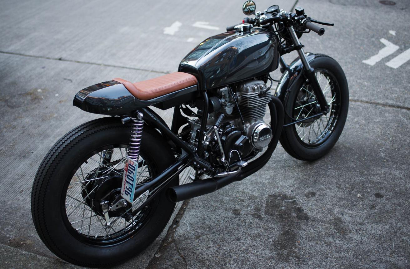 motocykl w stylu minimalistycznego retro