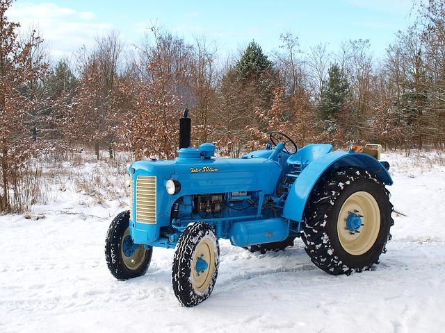 Jazda traktorem w zimę. Jak zabezpieczyć się przed niekontrolowanym poślizgiem ?