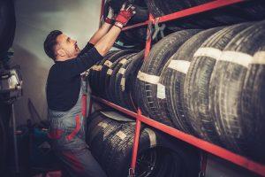 mechanik przy oponach